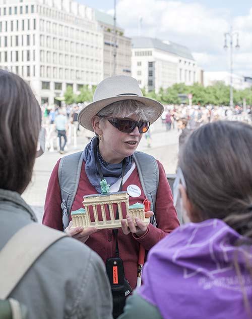 Tastführung, Anja Winter mit Modell des Brandenburger Tors