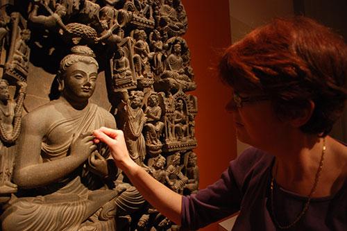 Gandhara Anja Winter ertastet Buddha, Foto