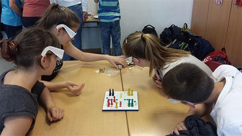 "Schüler mit Simulationsbrillen spielen ""Mensch Ärgere Dich Nicht"""