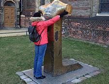Anja Winter tastet das Bonhoeffer-Denkmal am Zionskirchplatz