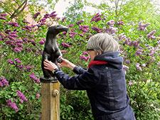 Anja Winter ertastet Fischotter-Brunnen in der Liebermann-Villa am Wannsee