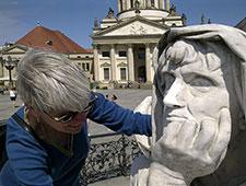 Anja Winter mit Allegorie am Gendarmenmarkt