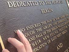 Anja Winter ertastet Gedenktafel im Alliierten Museum
