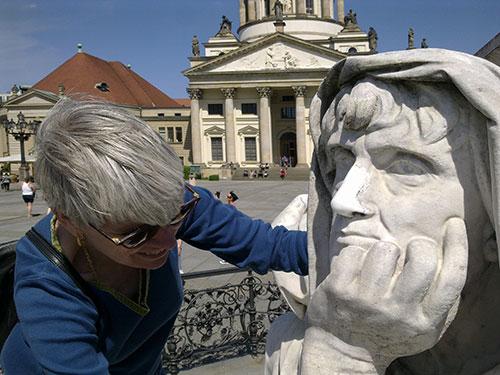 Anja Winter tastet Allegorie am Schiller Denkmal