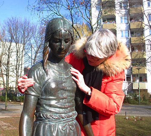 Anja Winter tastet Gänseliesel-Brunnen am Nikolsburger Platz