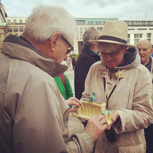 Teilnehmer tastet Modell des Brandenburger Tors