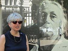 Anja Winter neben Käthe-Kollwitz-Plakat