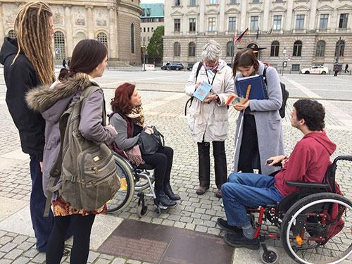 Stadtspaziergang, Anja Winter mit Rollstuhlfahrergruppe am Bebelplatz